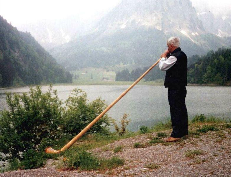 783px-Swiss_playing_an_alphorn